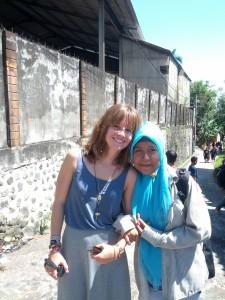 Simone und eines der Mädchen aus dem Waisenhaus