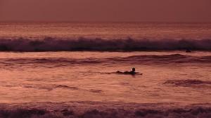 Surfer im Sonnenuntergang am Kuta Beach