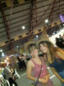 Anna & ich auf dem Victoria Market (mit den sprechende Hüten)