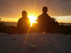 Romantischer Sonnenuntergang mit der Zwillingsschwester