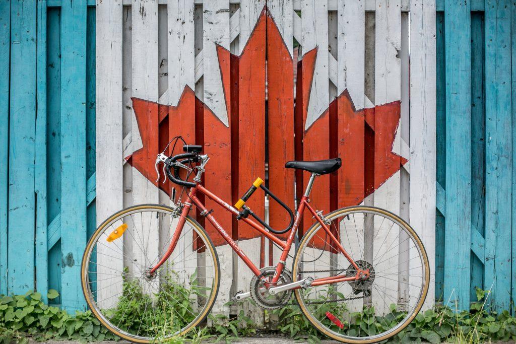 Fahrrad mit kanadischer Flagge im Hintergrund