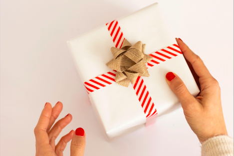 In der Hand gehaltenes Geschenk