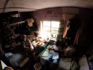 Im Inneren eines Zimmers in einem Wohnhaus in Langa