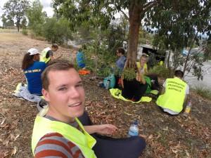 Erschöpft in einer Pause von der Freiwilligenarbeit