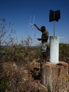 Unser erfahrener Rhino-Tracker Andrew mit Sendemast und Funkgerät