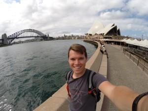Im Hintergrund die Wahrzeichen Sydneys: Die Harbour Bridge und das Opera House