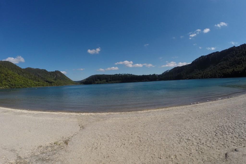 Der kleine blaue See Tikitapu nahe Rotorua