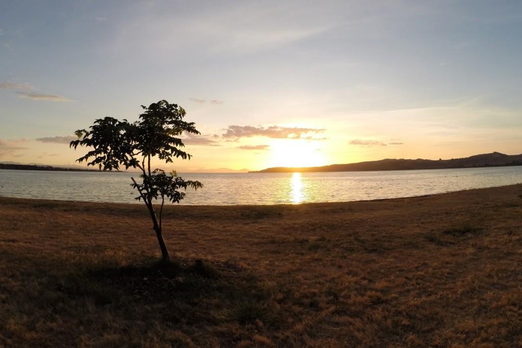 Der größte See Neuseelands bei Sonnenuntergang: Lake Taupo