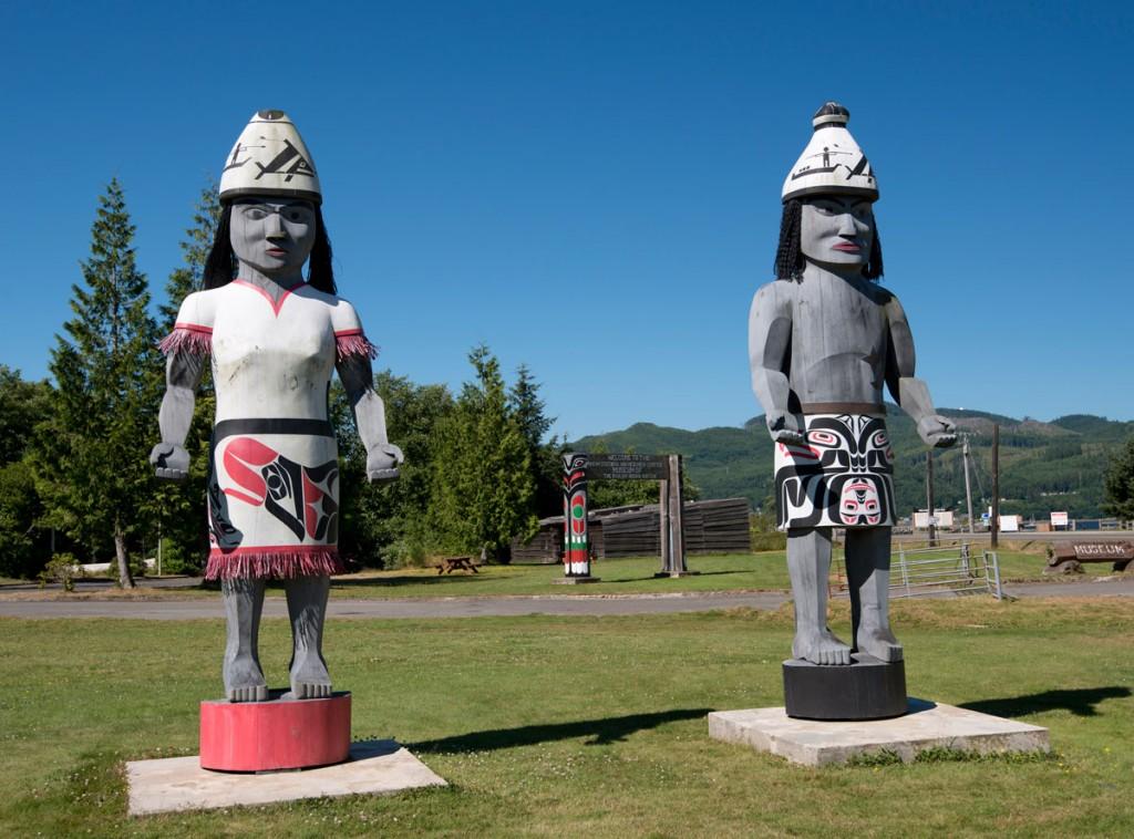 Makah Statuen vor dem Museum in Neah Bay