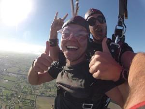 Kurz nach dem Freefall: Der Paraglide zum Boden