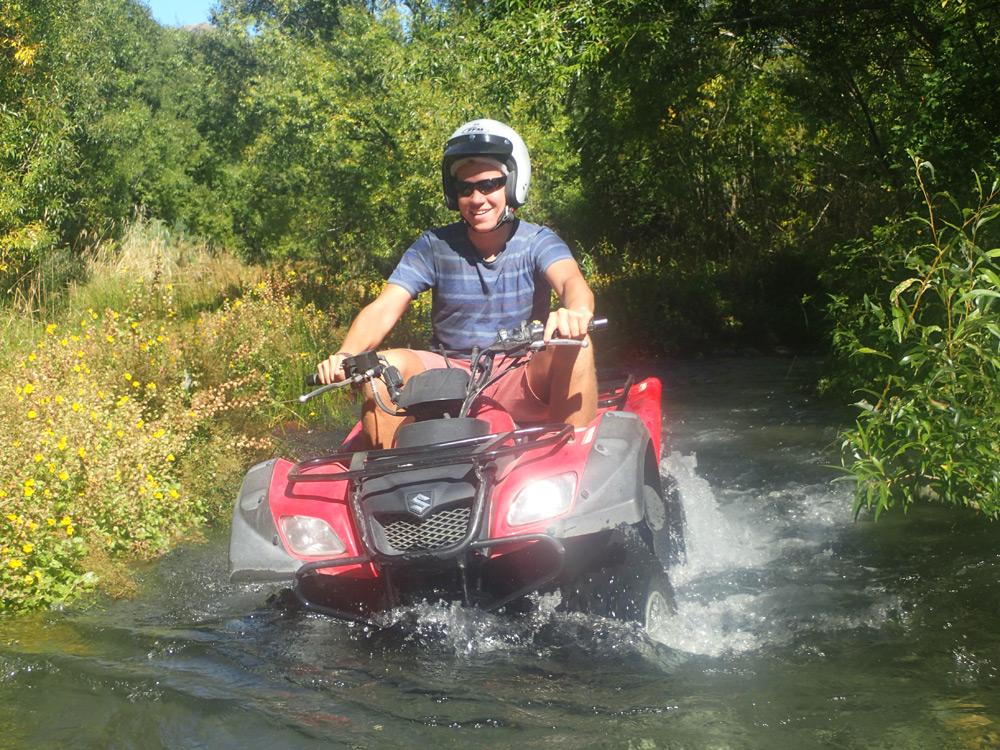 Tiefe Fluss-Durchquerung mit dem Quad