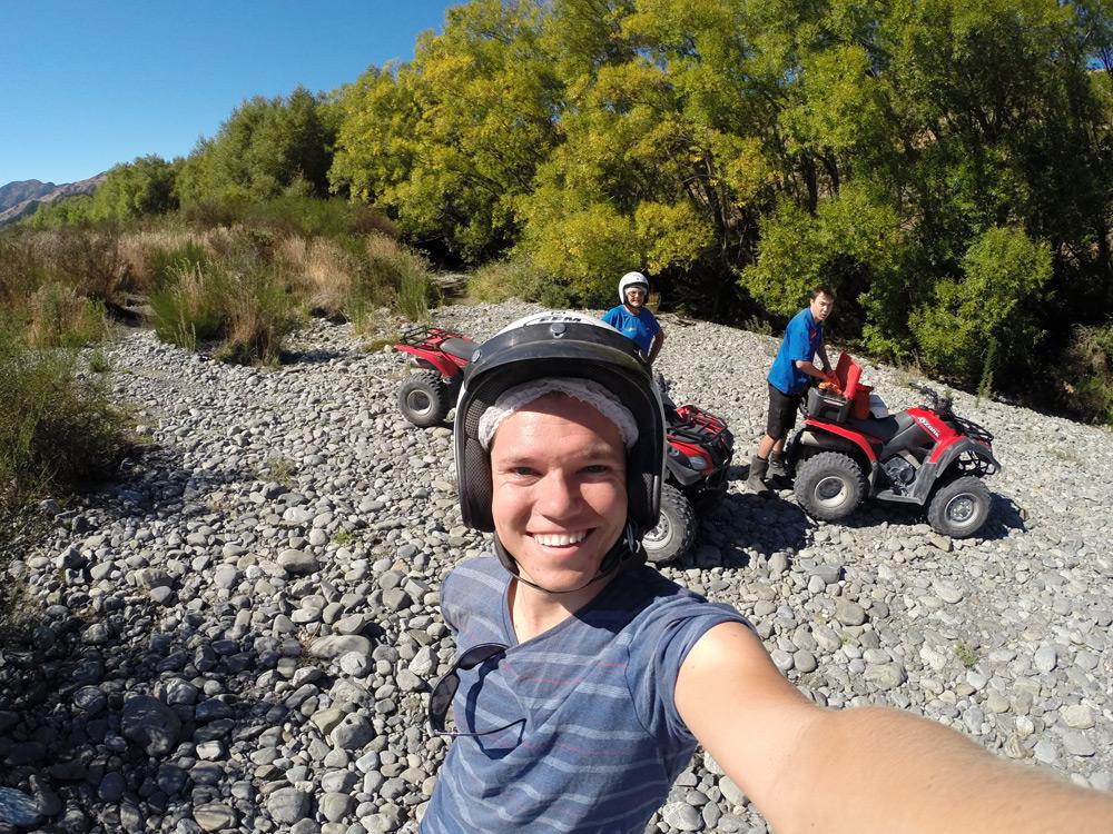 Meine kleine Quadgruppe und ich mit Helm und Duschhaube