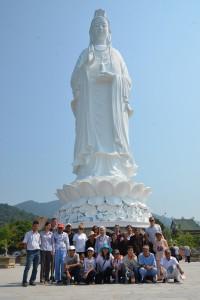 Die große Ausflugsgruppe vor der weiblichen Buddha-Statue