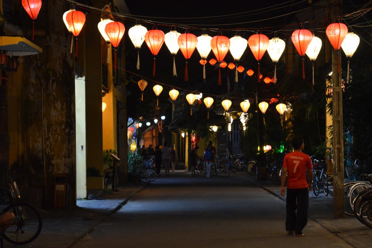 Typisch-beleuchtete Straße in Hoi An