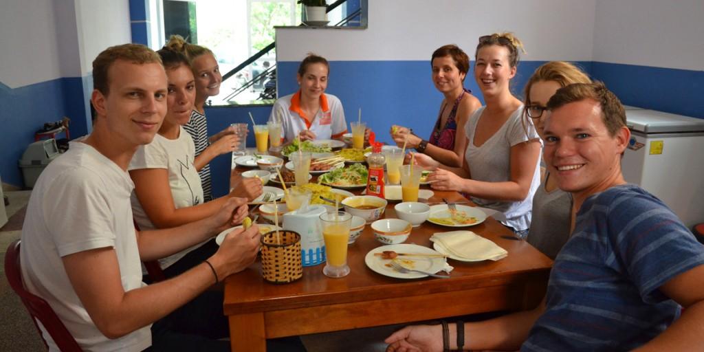 Meine Mit-Freiwilligen und ich beim Frühstück
