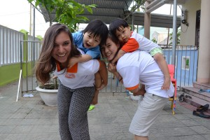 Kris und Ly mit zwei der Waisenjungen