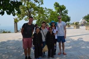 Ich, Ly, Nuong und Moritz mit zwei Seniorinnen