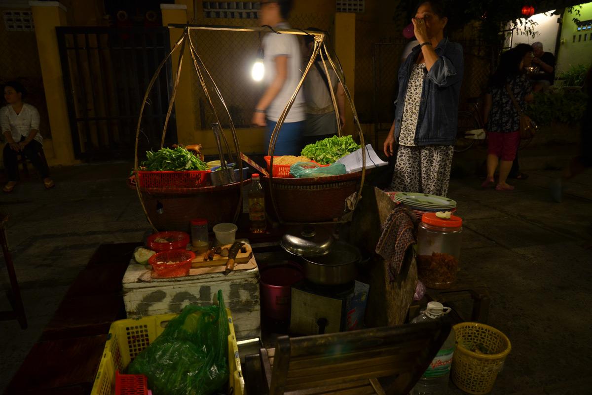 Typischer Straßenstand mit lokalen Gerichten