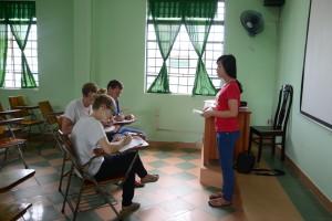 Studentin hält Präsentation – mündlicher Englisch-Test