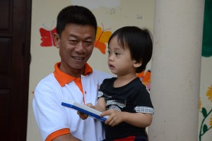 Viet und ein Waisenjunge im Red Cross Orphanage