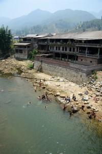 Dorfkinder baden im kühlen Fluss