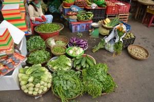 Grünes Gemüse und Kräuter werden überall verkauft