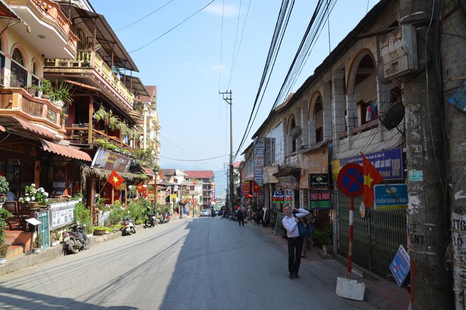 Die ansteigende Hauptstraße vom bergigen Sa Pa