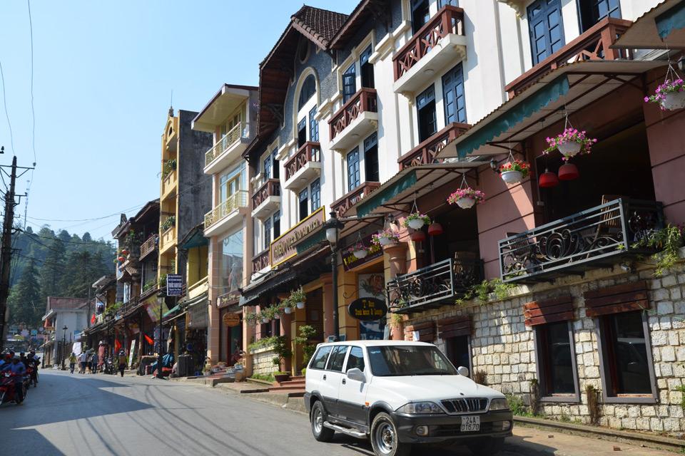Steile Straße in Sa Pa mit Läden und Lokalen