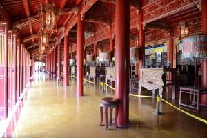 Das Tempel-Innere mit vielen Altaren