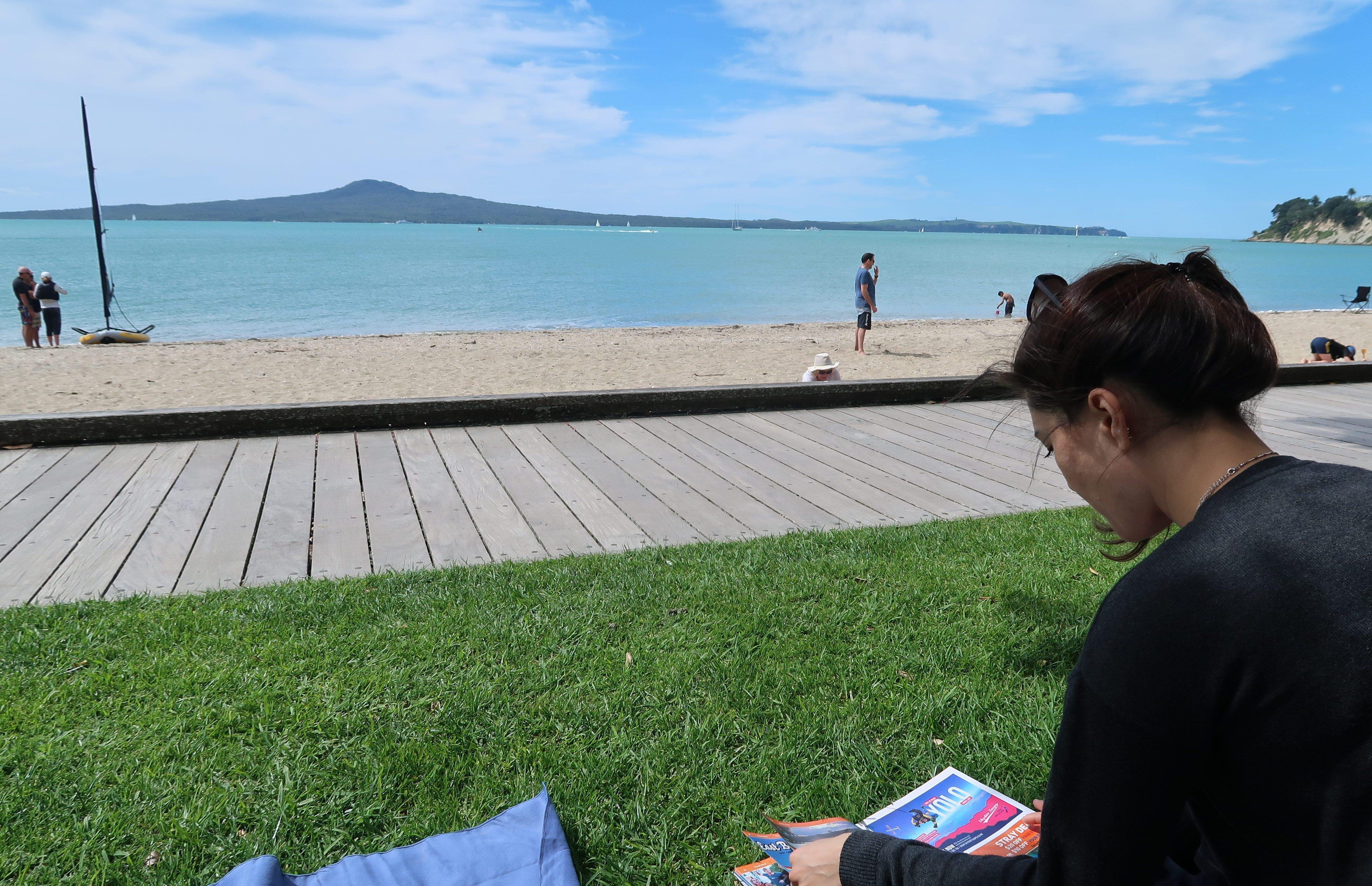 am-reise-planen-in-der-saint-helier-bucht-mit-blick-auf-rangitoto-island