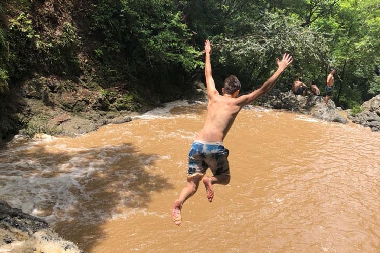 1542512-FW-CR-Steven-Hirst---Am-Wasserfall-die-Angst-überwinden-und-sich-so-einen-Traum-erfüllen