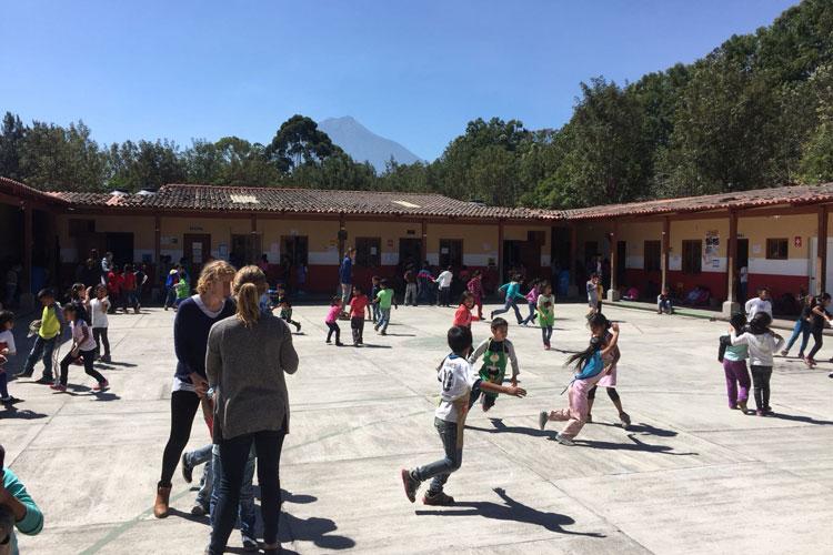 1553492-Fiene-Christgau-FW-GT---Spielende-Kinder-während-der-Pause-auf-dem-Hof-im-Projekt---Escuela-Esperanza