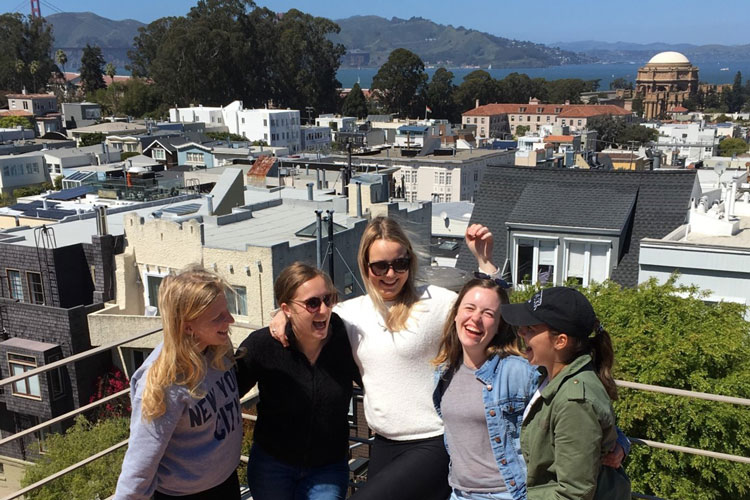 1614254-AP-USA-Freunde-fürs-Leben-gefunden-–-im-Hintergrund-die-Dächer-SFs,-der-Palace-of-Fine-Arts-und-die-Golden-Gate-Bridge