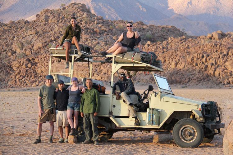 Im Geländewagen geht es durch die weite Landschaft Namibias. Mithilfe von GPS-Geräten spürst du Elefantenherden auf.
