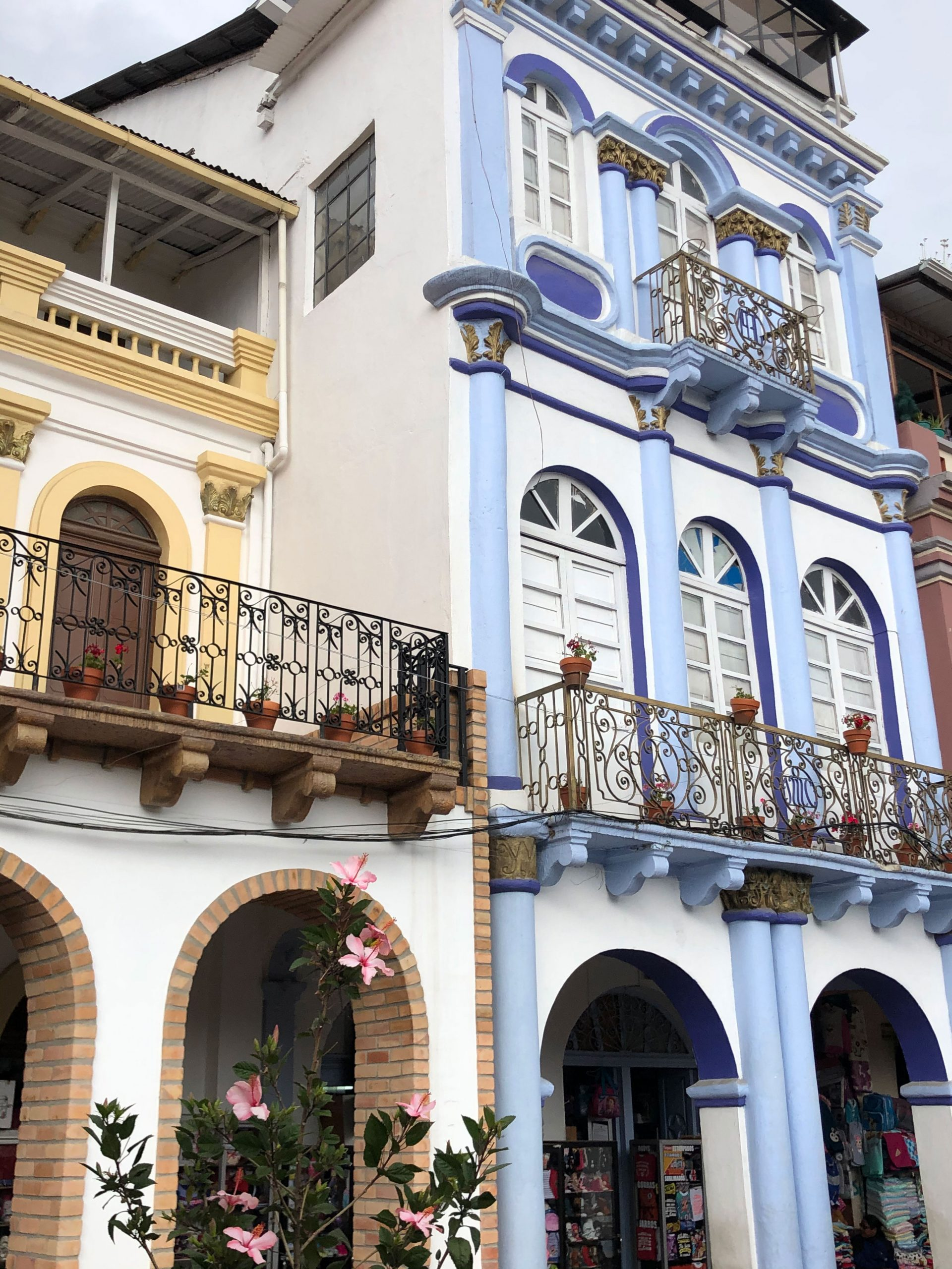 Bunte Hausfassaden in der Altstadt Cuencas.