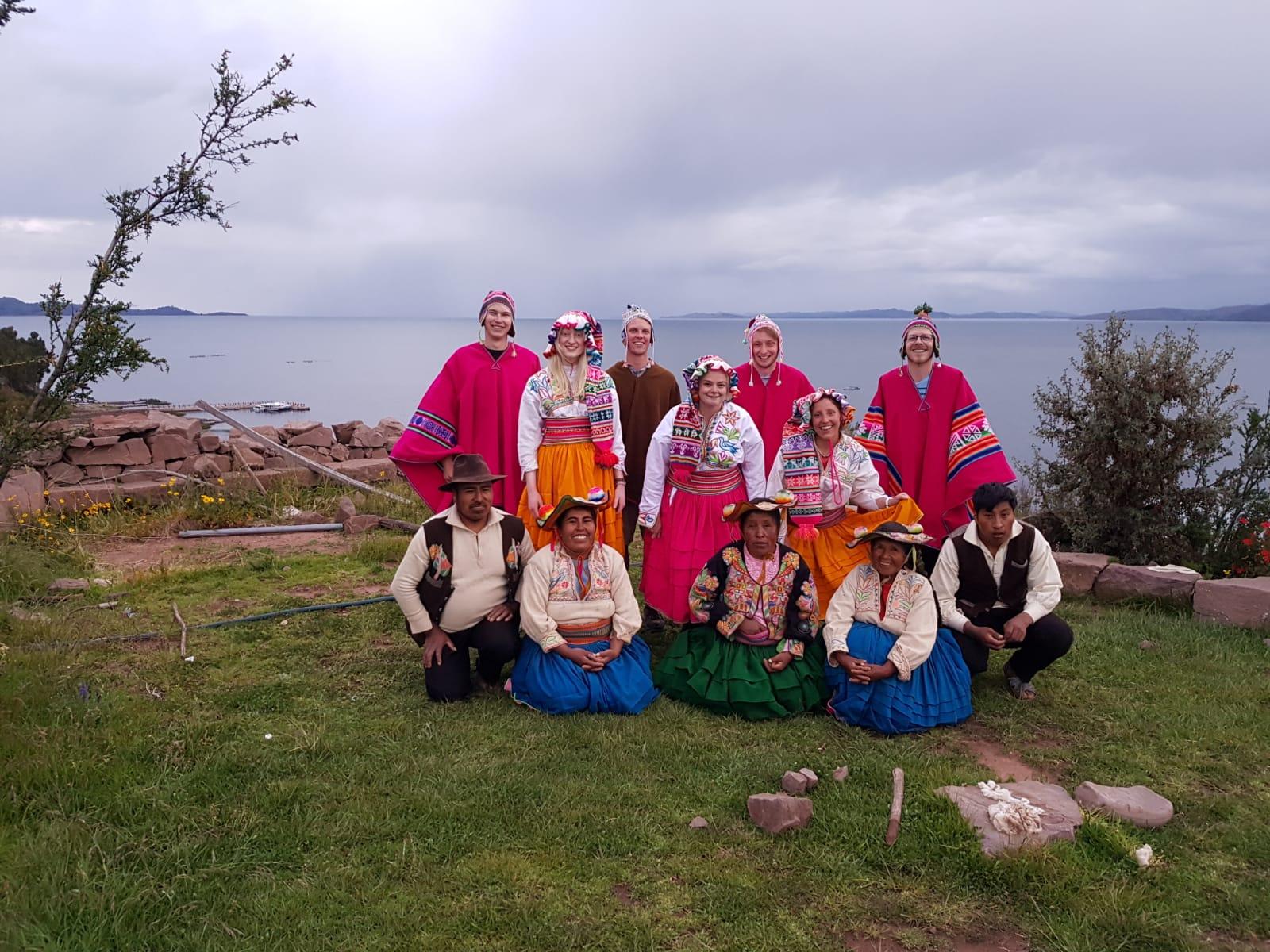 Zusammen mit den Uros - dem indigenen Volk des Titicacasees.