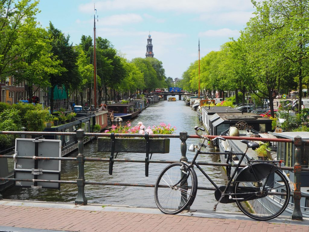 Amsterdam, Kanal mit Fahrrad